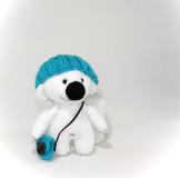 Белый мишка в синей шапочке