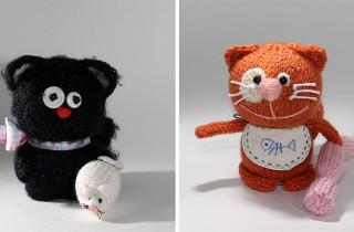 Пара вязаных котов: черный и рыжий